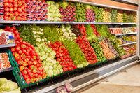 Regal mit einem großen Gemüse Sortiment