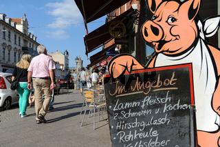 Potsdam, Deutschland, Strassenszene mit Metzgerei  im Hollaendischen Viertel