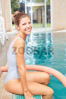 Frau als Physiotherapeutin für Aquafitness