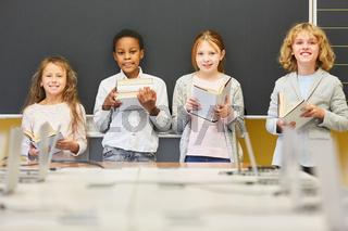 Schüler einer Lerngruppe mit Büchern