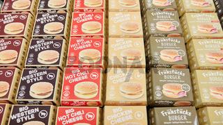 KÖLN, OKTOBER 2019: Hamburger und Cheeseburger auf ANUGA Messe