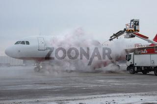 Flugzeug Enteisung am Flughafen