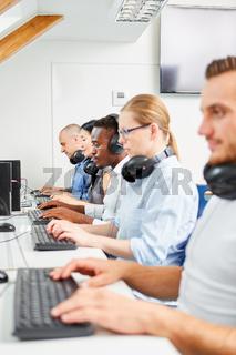 Mitarbeiter in einem Computerkurs im Büro