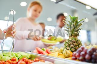 Auswahl an Obst am Büffet der Cafeteria