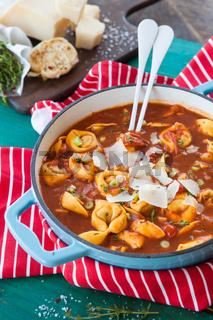 Leckere Tomatensuppe mit Tortellini