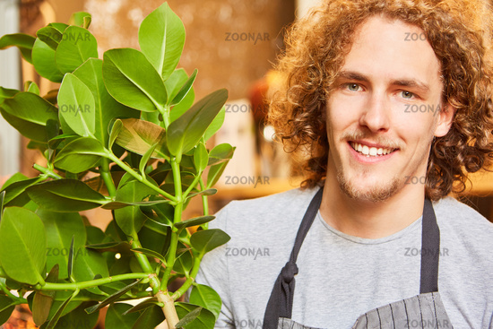 Junger Florist bei Lieferung einer Grünpflanze