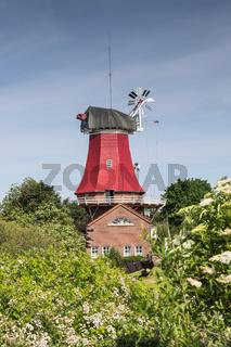 Die rote Windmühle in Greetsiel in Ostfriesland, Niedersachsen, Deutschland