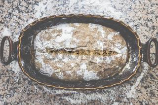 Brot backen - das fertige Brot, mit Mehl eingestäubt, frisch und knusprig.