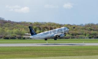 Flugzeug beim Start auf der Startbahn Hamburger Flughafen
