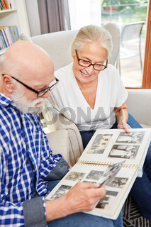 Senioren Paar betrachtet alte Familienfotos