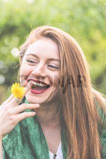 Frau, jung, 20-30, lächelnd, romantisch, genießt die ersten Sonnenstrahlen im Frühling.