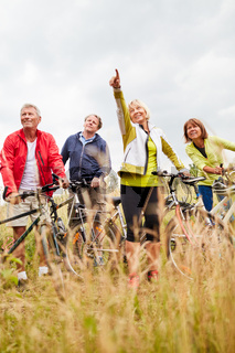 Gruppe Freunde macht eine Radtour