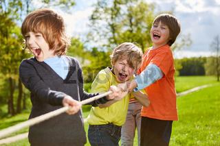 Kinder Team hat Spaß beim Wettkampf im Tauziehen