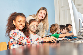Gruppe Schüler beim E-Learning