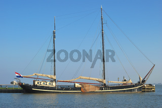 traditionelles Plattbodenschiff in Volendam,Ijsselmeer,Niederlande
