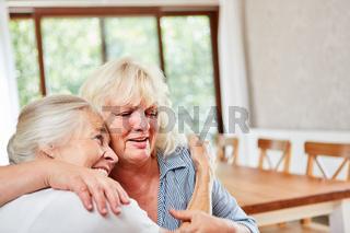 Zwei Senior Frauen umarmen sich glücklich