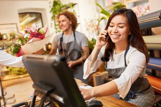 Verkäuferin nimmt am Telefon Bestellung entgegen