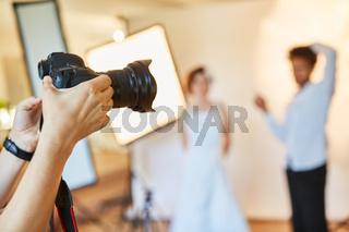 Fotograf hält digitale Kamera für Fotoshooting