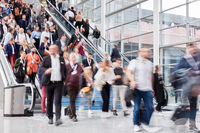 Viele Leute auf Rolltreppe bei Business Messe