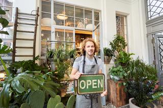 Florist mit Open Schild zur Eröffnung vom Gartencenter