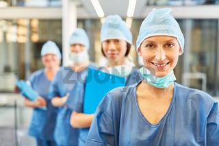 Lächelnde junge Chirurgin in blauer OP-Kleidung