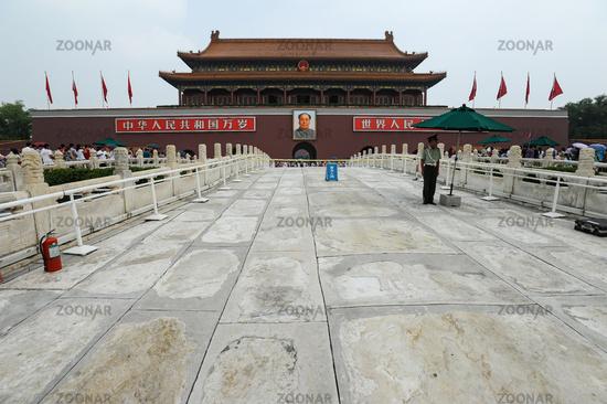 Peking, China, Wachmann und Mao Portrait vor der Verbotenen Stadt am Tiananmen-Platz