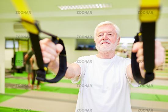 Senior beim Schlingentraining in der Physiotherapie