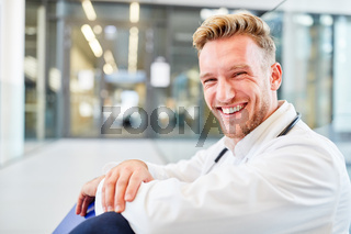 Junger Arzt oder Medizin Student freut sich