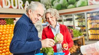 Senioren Paar beim Einkaufen von Gemüse