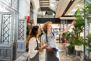 Floristen bei der Planung als Team im Gartencenter