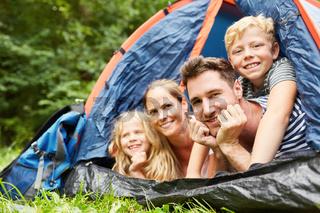 Glückliche Familie beim Camping im Zelt
