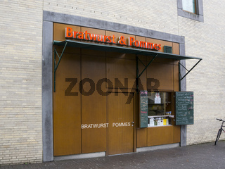 Verkaufsstand Bratwurst und Pommes