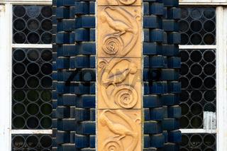 Schmuckhof mit blauen Fliesen und Terracotta Reliefs