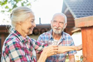 Seniorin trinken ein Glas Wasser auf Bauernhof