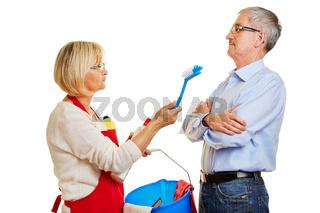 Paar Senioren beim Streit über Hausarbeit