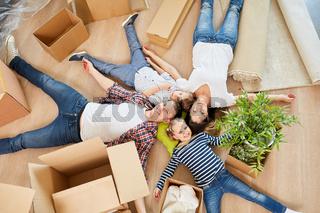 Familie nach Umzug im neuen Eigenheim Zuhause