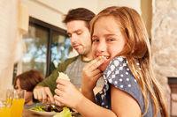Mädchen mit Bruder und Vater beim Mittagessen