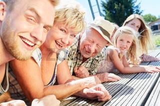 Erweiterte Familie im Sommer Urlaub am See