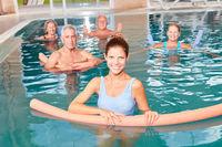 Gruppe Senioren beim Aquafitness Kurs