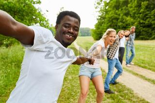 Studenten bilden eine Menschenkette im Park