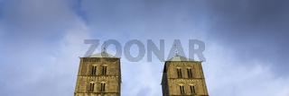 Dunkle Wolken ueber den Tuermen vom St.-Paulus-Dom