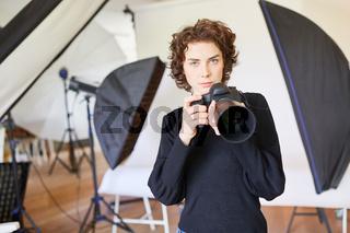 Selbstbewusste junge Fotografin mit Kamera