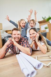 Kinder jubeln über den Umzug in ein neues Haus