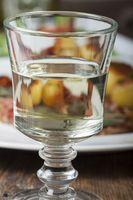 Weißwein in einem Glas mit Saltimbocca