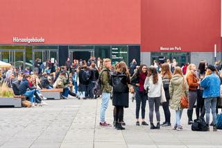 junge Studenten an der Universität in Leipzig