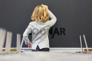 Schüler in einer Prüfung an der Tafel