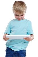 Kind kleiner Junge schauen schaut auf Tablet Computer lachen Internet