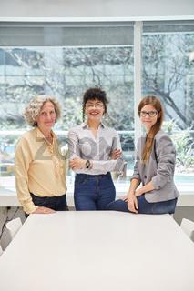 Drei Geschäftsfrauen als Frauenquote Konzept