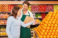 Kundin bekommt  Empfehlung beim Orangen kaufen