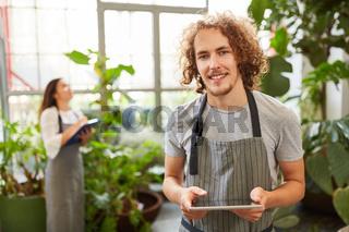 Florist mit Checkliste bei Inventur in Blumenladen